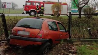 Clio wjechało w ogrodzenie cmentarza - InfoBrzeszcze.pl