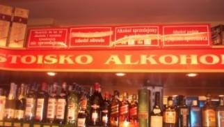 Ekspedientka jednego ze sklepów w Kętach podejrzana o sprzedaż alkoholu nieletnim
