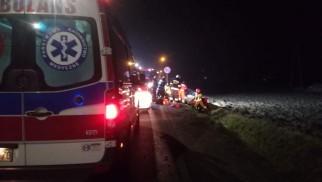 Karambol na DW948. Kilka osób poszkodowanych, jedna uwięziona w pojeździe – ZDJĘCIA!