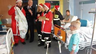 Kęcki Mikołaj odwiedził dzieci na szpitalnych oddziałach