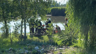 Mężczyzna nabił się na drzewo. W akcji służby ratownicze- ZDJĘCIA!