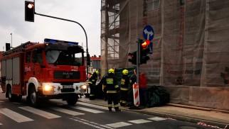 Niebezpieczna sytuacja w Kętach. Ogrodzenie runęło na samochody