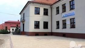 Nowa kostka brukowa przed szkołą w Bielanach