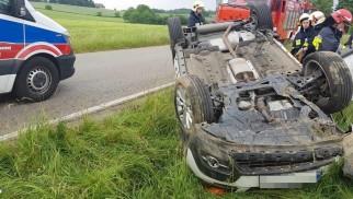 Opel dachował, land rover wjechał w budynek