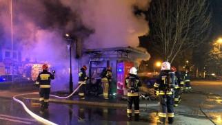 OŚWIĘCIM. Kiosk z gazetami spłonął doszczętnie. Ogień rozprzestrzenił się ze śmietnika