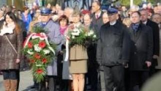 Oświęcim. Oddali hołd i dbali o bezpieczeństwo podczas obchodów 101. Rocznicy Odzyskania Niepodległości przez Polskę.