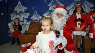 OŚWIĘCIM. Święty Mikołaj wszedł do Oświęcimskiego Centrum Kultury przez… komin