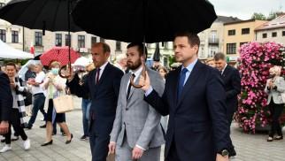 OŚWIĘCIM. Trzaskowski i Budka odprowadzili Sebastiana Kościelnika przed budynek Sądu