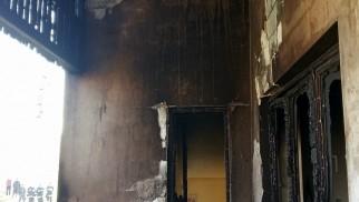 PIOTROWICE. Budynek mieszkalny stanął w płomieniach. Z ogniem walczyło 26 strażaków