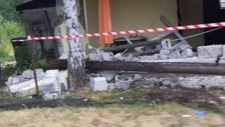 Samochód osobowy uderzył w ścianę noclegowni – ZDJĘCIA!