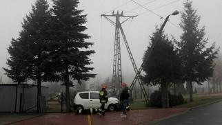 Słup energetyczny stanął na drodze Fiata Cinquecento – ZDJĘCIA!
