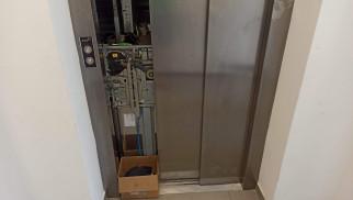 Strażacy ratowali osoby uwięzione w windzie – ZDJĘCIA!