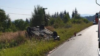Stronie. Dachowanie na lokalnej drodze. Dwie osoby ranne
