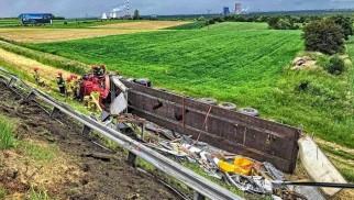 Wypadek na A4. Tir stoczył się do rowu, powstał korek gigant