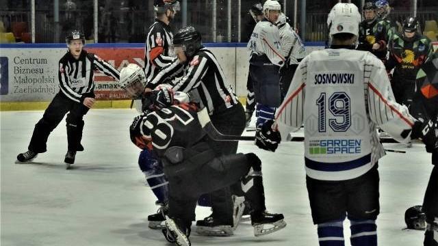 1 liga hokeja. UKH Unia Oświęcim pokonała MOSM Tychy. Sędziowie nałożyli prawie 200 minut kar!