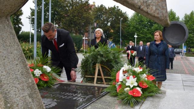 82. rocznica napaści sowieckiej na Polskę. Hołd władz Powiatu Oświęcimskiego dla pomordowanych przez stalinowski reżim