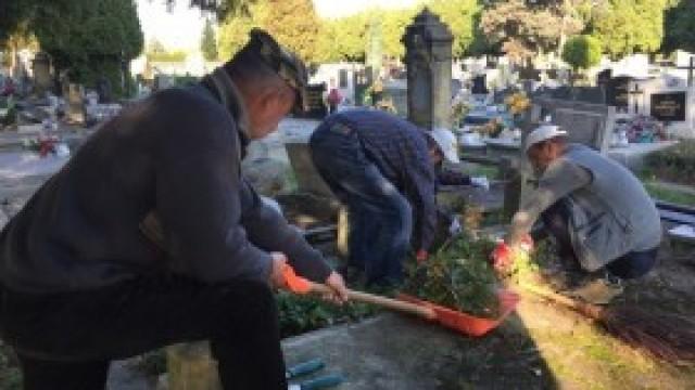 """""""Wash and go"""" - porządki na kęckim cmentarzu"""