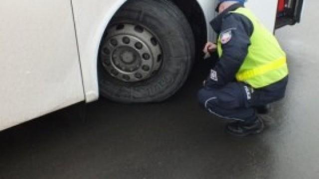 """Akcja """"Bezpieczne Ferie 2019"""". Policjanci przypominają o możliwości skontrolowania autokarów przed wyjazdem na zimowisko"""