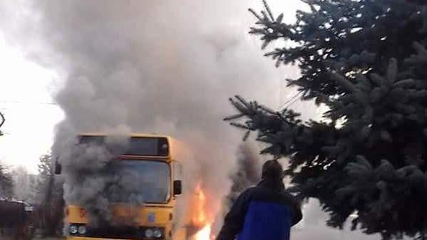 Autobus w ogniu. Film z wczorajszego pożaru pokazuje, z jakim niebezpieczeństwem walczyli strażacy. FILM!