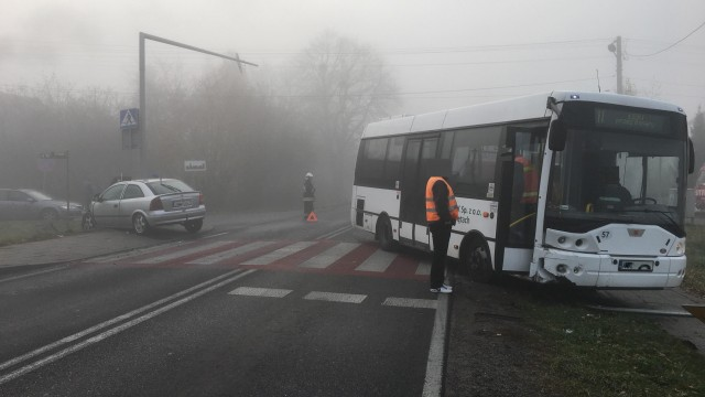 Autokar zderzył się z samochodem osobowym w Bielanach. ZDJĘCIA!