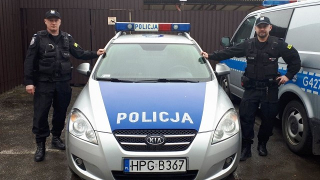 BABICE. Policjanci uratowali z płonącego budynku rannego mężczyznę