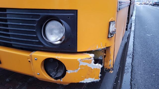 BABICE. Urwane koło samochodu dostawczego uderzyło w autobus z dziećmi