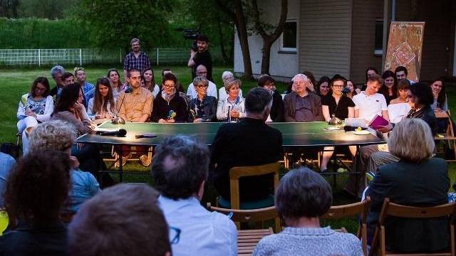 """""""Bajzel Poetycki"""", czyli pojedynek na wiersze pomiędzy poetami przy stole ping-pongowym"""