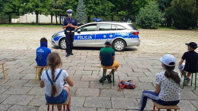 """""""Bezpieczne Wakacje 2020″. Policjanci rozmawiali o bezpieczeństwie z uczestnikami półkolonii."""