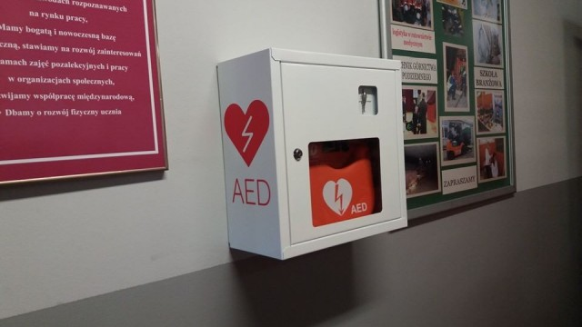 """BRZESZCZE. Powiatowa """"szóstka"""" otrzymała automatyczny defibrylator AED"""