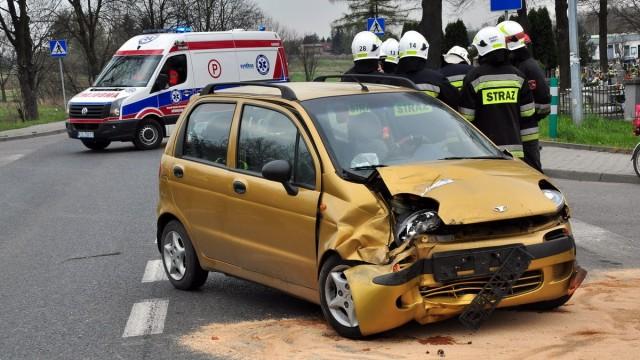 BRZESZCZE. Zderzenie mercedesa z daewoo. Trzy osoby trafiły do szpitala