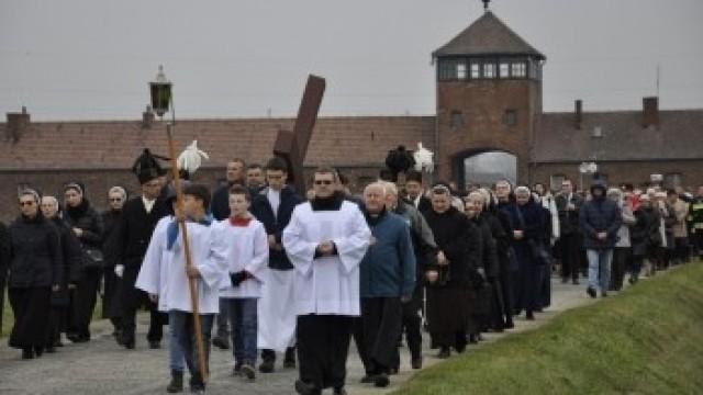 BRZEZINKA. Droga Krzyżowa pośród obozowych baraków