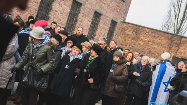 Byli więźniowie Auschwitz przed Ścianą Straceń – FILMY, FOTO