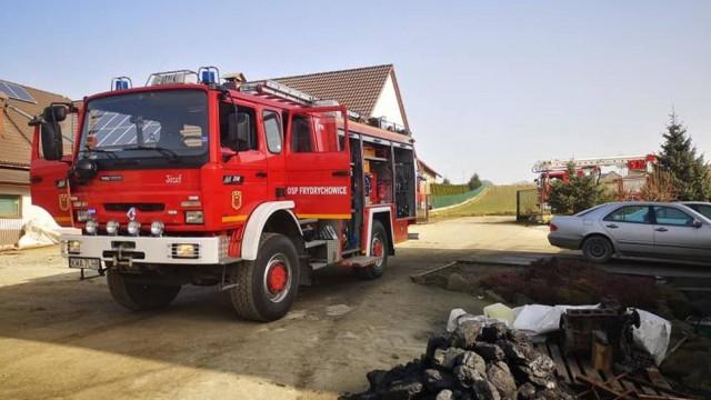 Chciał ugasić pożar swojego domu, został poparzony