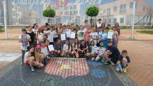 CHEŁMEK. Burmistrz przyjechał z koszem słodyczy, a dzieci narysowały herb gminy