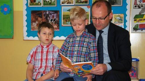CHEŁMEK. Marszałek Marek Sowa czyta dzieciom