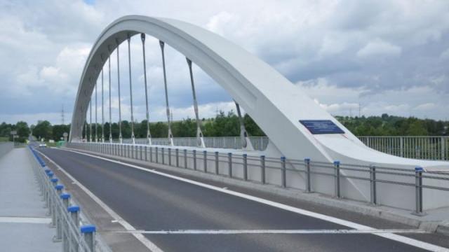 CHEŁMEK. Motocyklista wjechał na konstrukcję mostu