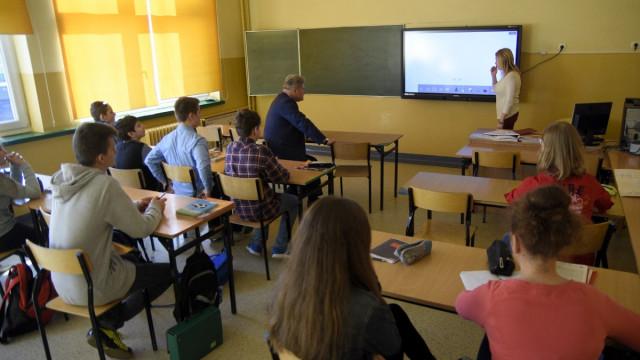 CHEŁMEK. Nowoczesność wkracza do szkół. Interaktywne monitory pogłębią wiedzę i poszerzą horyzonty