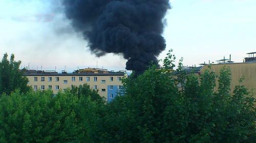 CHEŁMEK, OŚWIĘCIM. Z pieca wyciekło aluminium, piorun podpalił dach, styropian poszedł z dymem