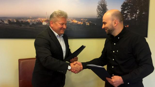 """CHEŁMEK. Podpisano umowy odnośnie budowy """"Skweru dzieci i młodzieży"""""""