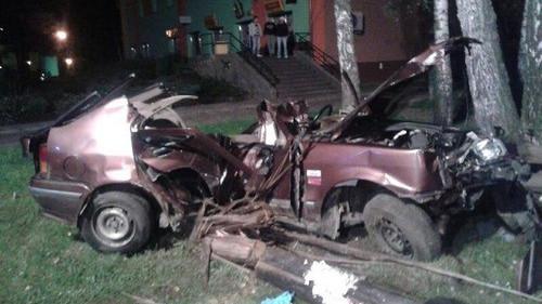 CHEŁMEK. Samochód uderzył w słup. Nie żyje pasażer. Kierowca był pijany  - ZDJĘCIA