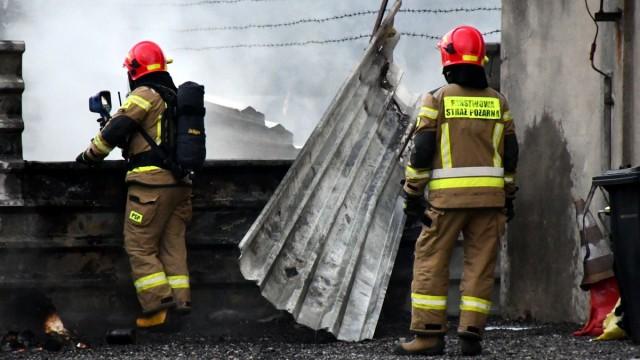 CHEŁMEK. Strażacy ponad dwie godziny walczyli z ogniem na terenach przemysłowych