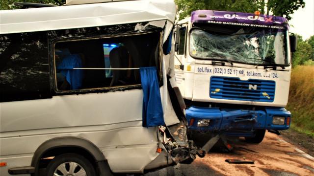 Ciężarówka uderzyła w busa. Są osoby poszkodowane ! ZDJĘCIA !