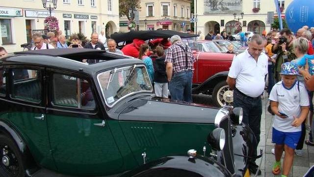 Czar dawnych samochodów. Zlot zabytkowych pojazdów na Rynku w Oświęcimiu