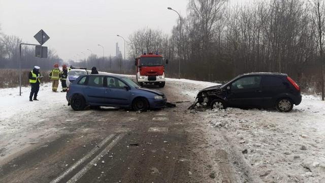 Czołowe zderzenie na śliskiej drodze – FOTO