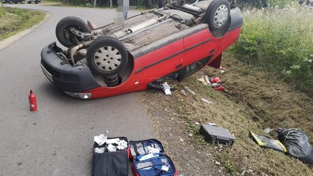 Dachowanie na lokalnej drodze w Brzeszczach – ZDJĘCIA!