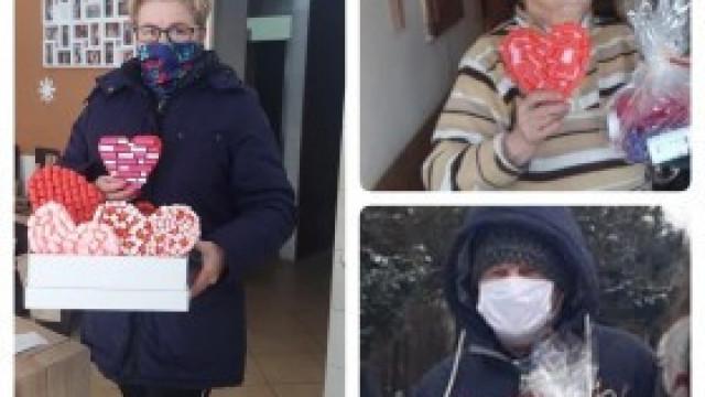 """Dla każdego coś miłego w dniu Świętego Walentego - wolontariusze z kęckiej """"Trójki"""" z wizytą u Seniorów"""