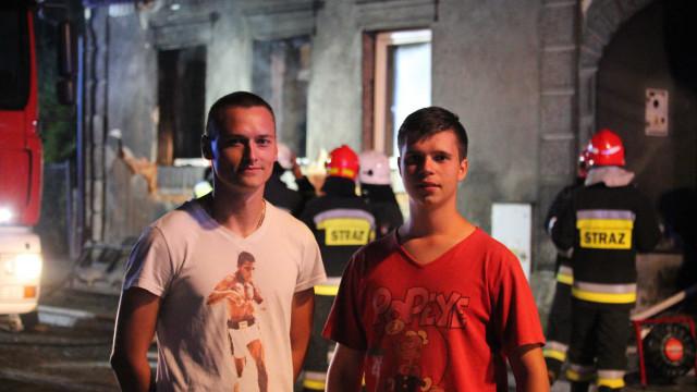 Druhowie dostrzegli pożar, natychmiast weszli do palącego się budynku ! ZDJĘCIA !