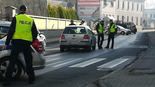 Dwie osoby potrącone na przejściu dla pieszych. Nieprzytomna kobieta trafiła do szpitala – ZDJĘCIA!