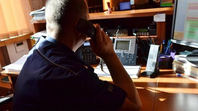 Dyżurny oficer komendy policji w Oświęcimiu przez telefon pomógł uratować niemowlę