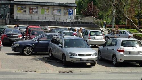 FELIETON. Ludzie autka parkują (także) w Oświęcimiu